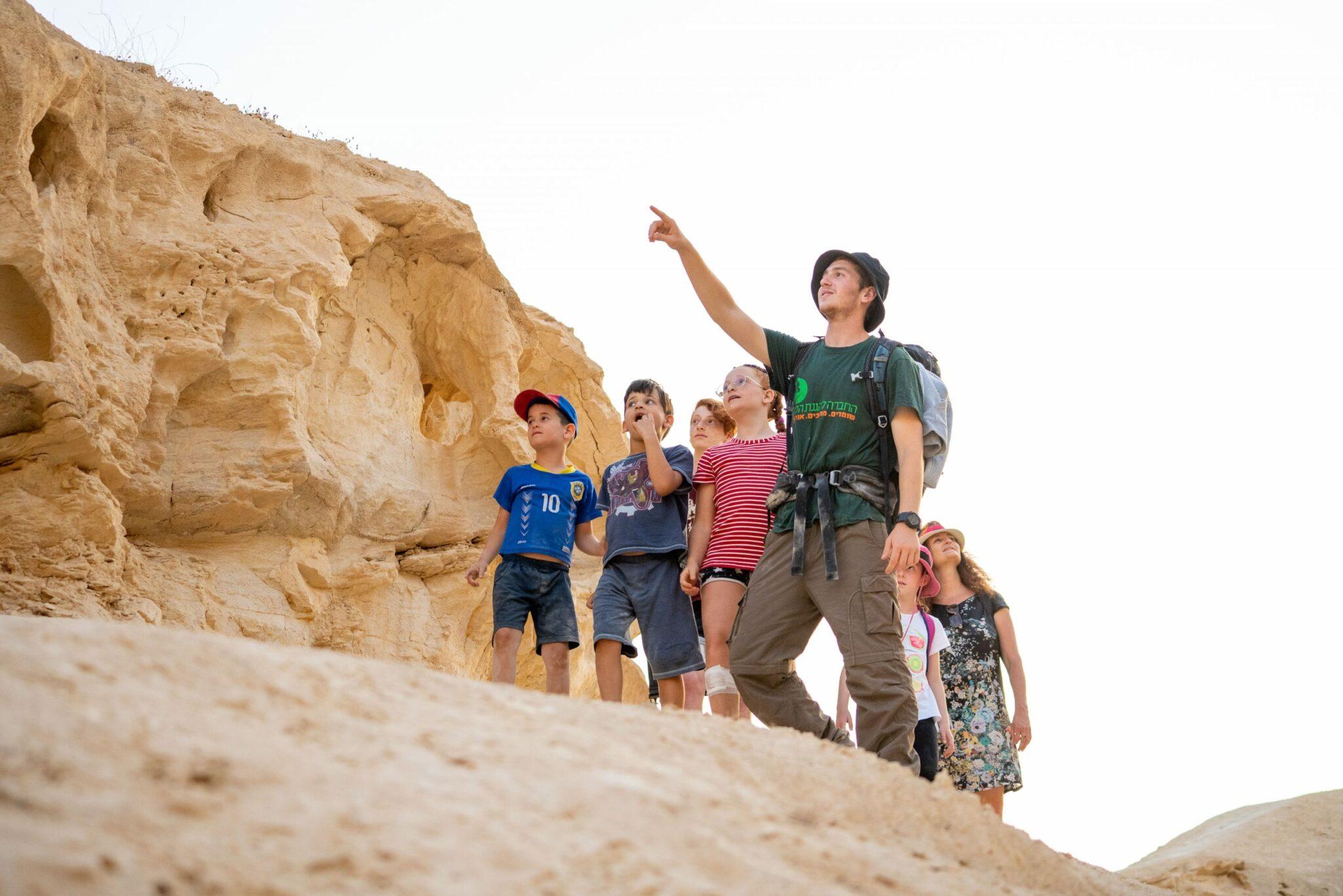 ילדים מטיילים בנחל חווארים