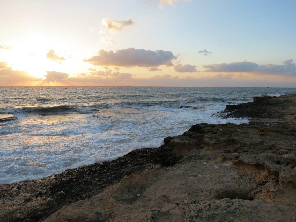 חוף אכזיב בשקיעה