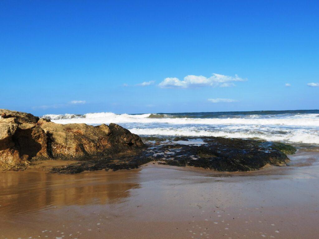 חוף אכזיב ביום בהיר