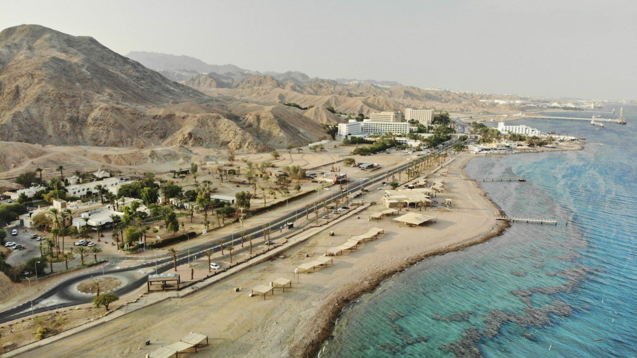 צילום מלמעלה ים סוף ובית ספר שדה אילת