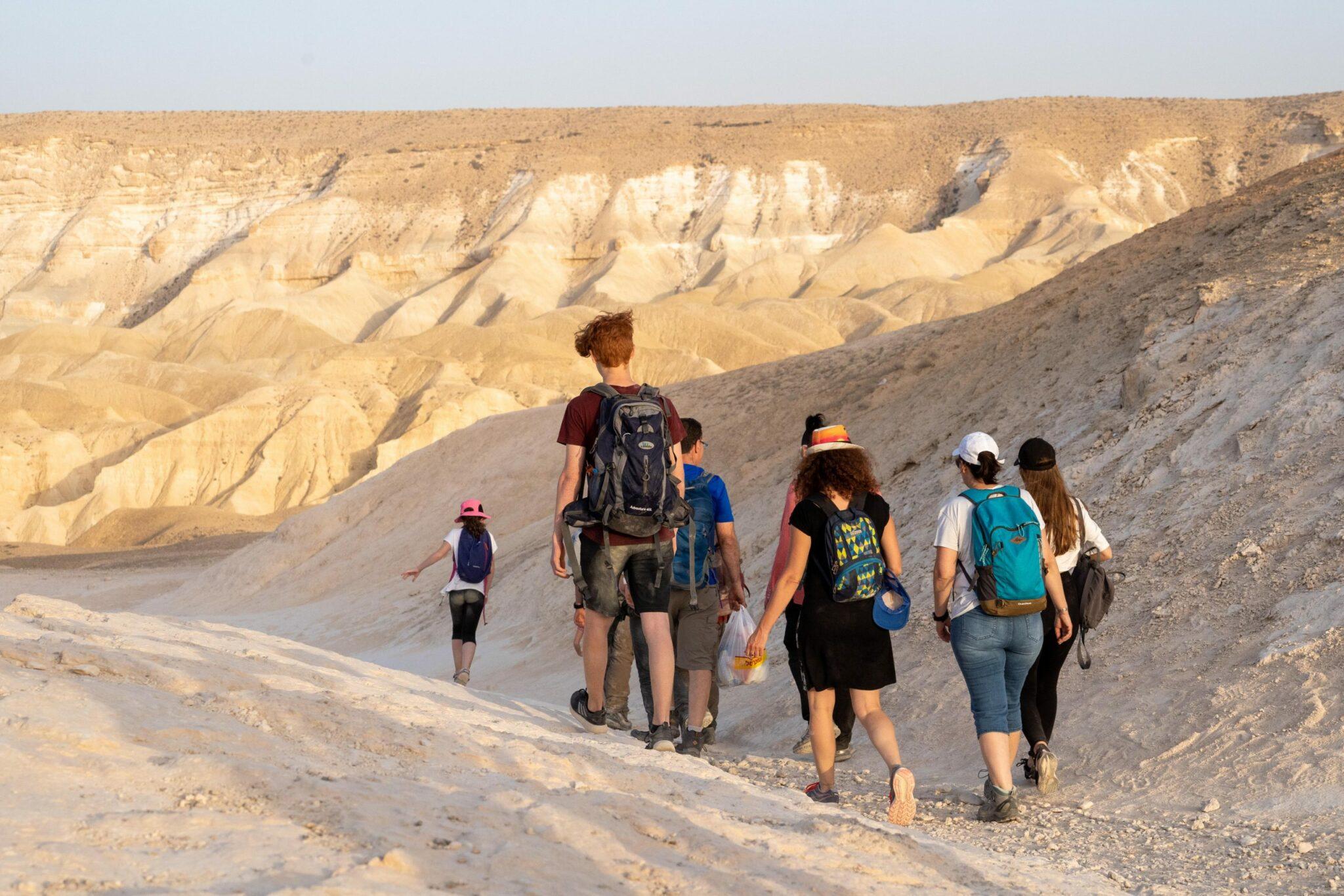 מטיילים צועדים בנחל חווארים, צילום מהגב