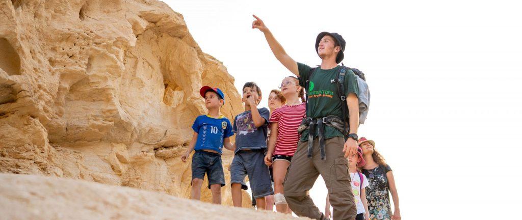 ילדים מטיילים עם מדריך בנחל חווארים