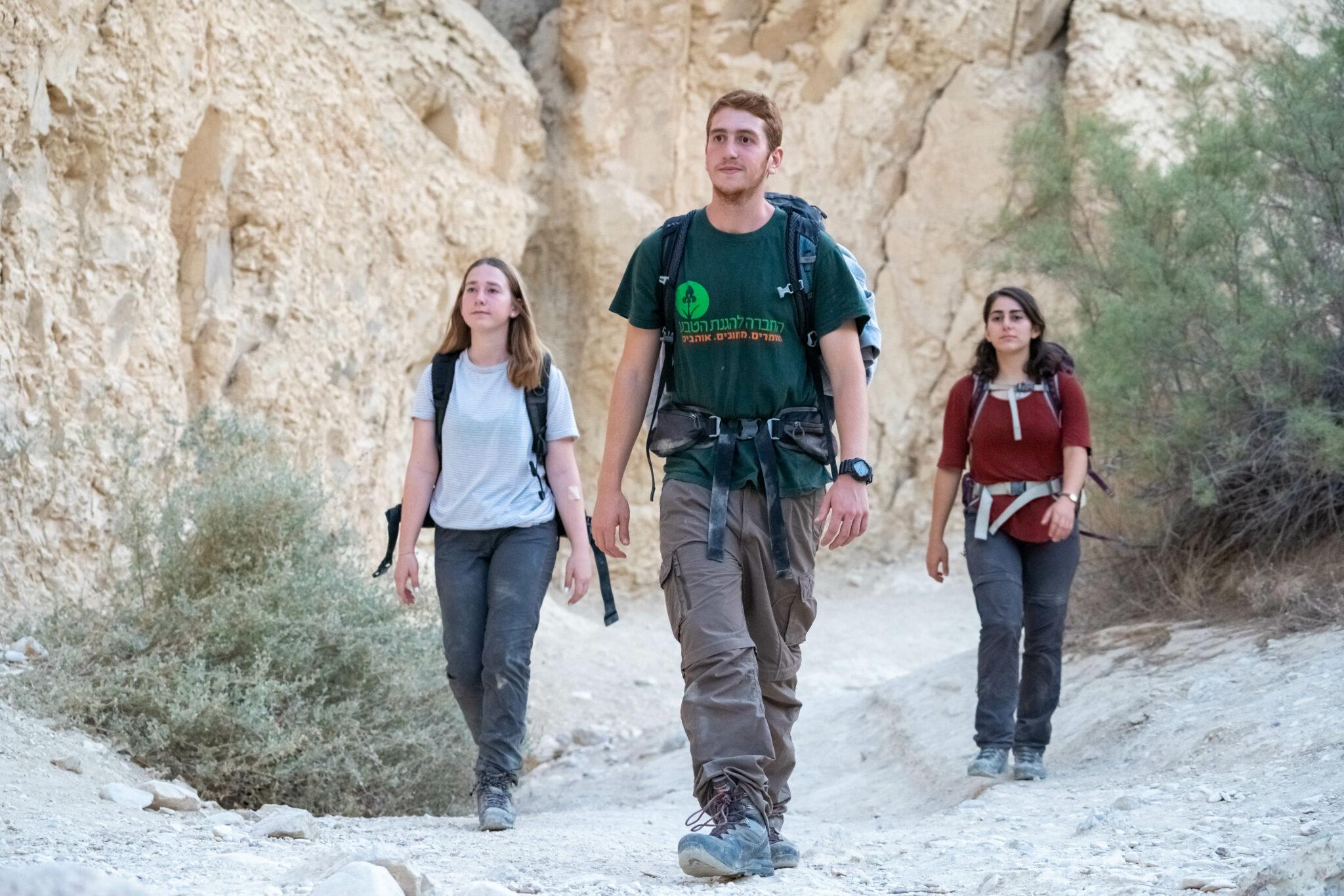 מדריך החברה להגנת הטבע בטיול עם מטיילות בנחל חווארים