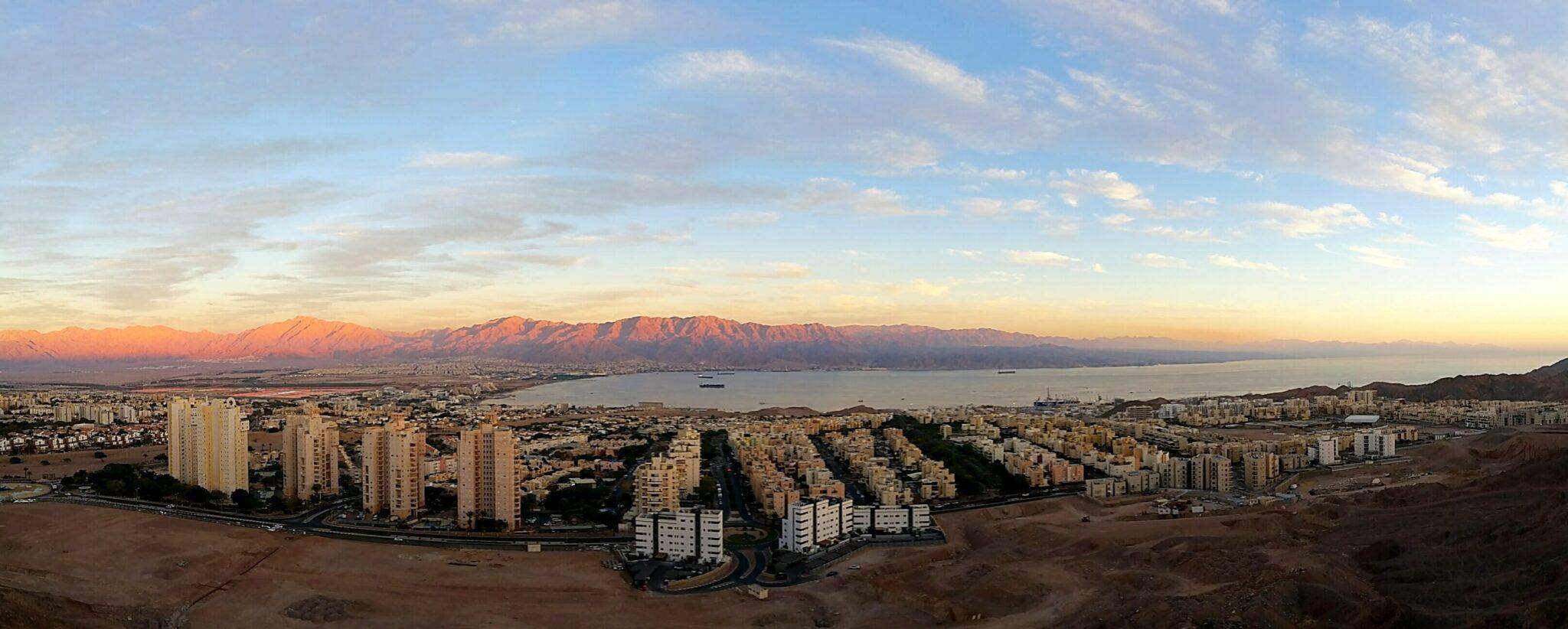 צילום פנורמי של מפרץ אילת והעיר